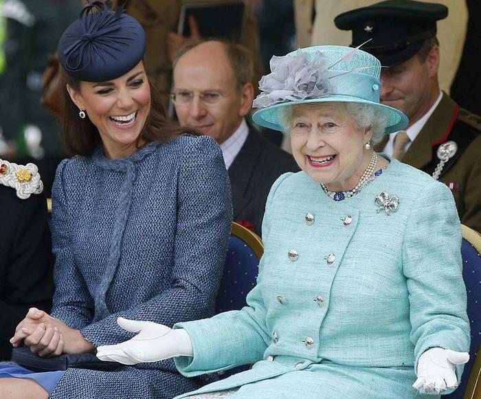 Nữ hoàng Anh Elizabeth II và Công nương xứ Cambridge Kate Middleton