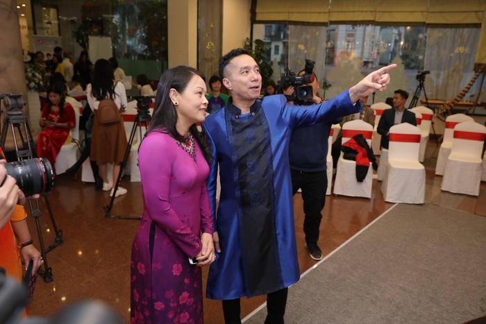 Bà Nguyễn Thị Thu Hà - Ủy viên Trung ương Đảng, Chủ tịch Hội LHPN Việt Nam cùng NTK Đỗ Trịnh Hoài Nam tại triển lãm