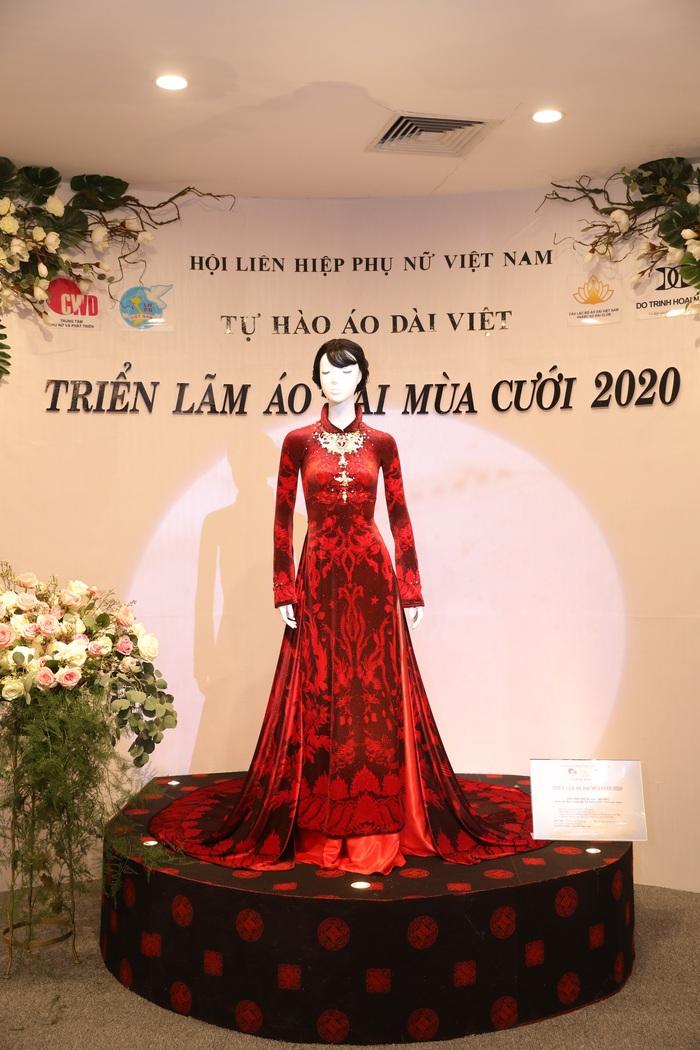 Cận cảnh bộ áo dài trị giá 2,3 tỉ đồng