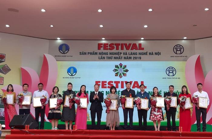 Phó Chủ tịch Thường trực UBND thành phố Hà Nội Nguyễn Văn Sửu trao Giấy chứng nhận sản phẩm đạt chuẩn OCOP cho các chủ thể tham gia chương trình.