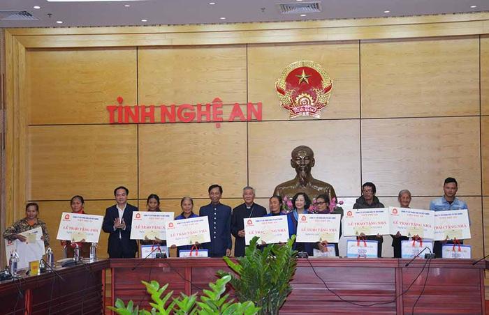 Trưởng Ban Dân vận TW Trương Thị Mai trao tặng nhà tình nghĩa cho các hộ nghèo tại Nghệ An - Ảnh 5.