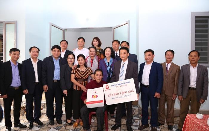 Trưởng Ban Dân vận TW Trương Thị Mai trao tặng nhà tình nghĩa cho các hộ nghèo tại Nghệ An - Ảnh 2.