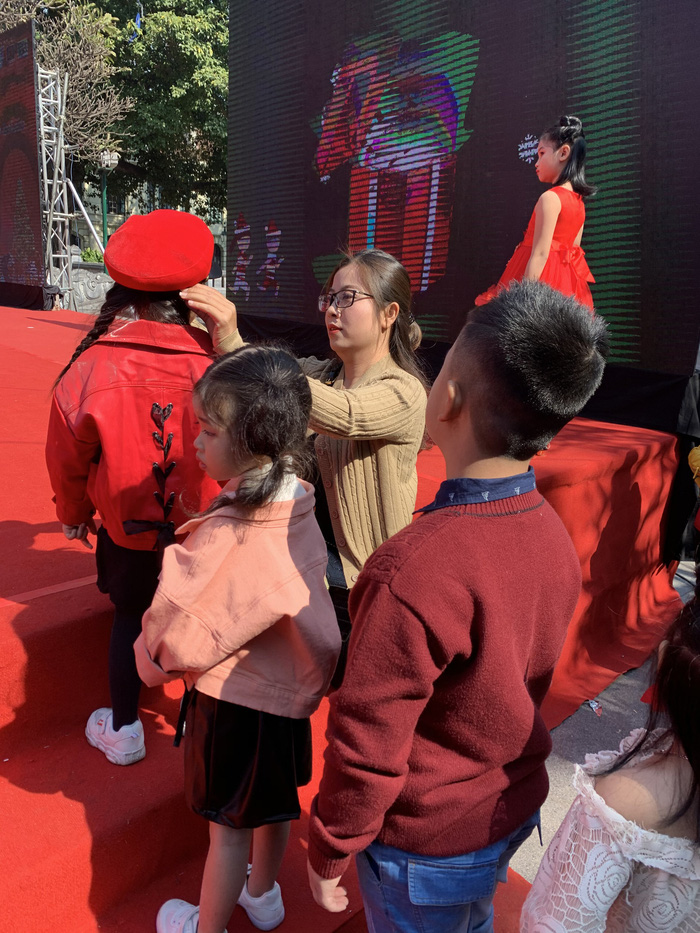 Cô Thuỳ Dương - chủ nhiệm CLB sửa soạn cho từng bạn trước khi lên trình diễn