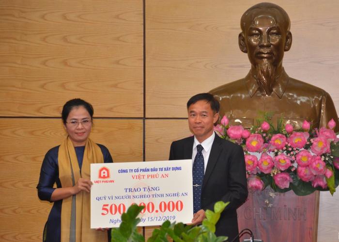 Trưởng Ban Dân vận TW Trương Thị Mai trao tặng nhà tình nghĩa cho các hộ nghèo tại Nghệ An - Ảnh 4.