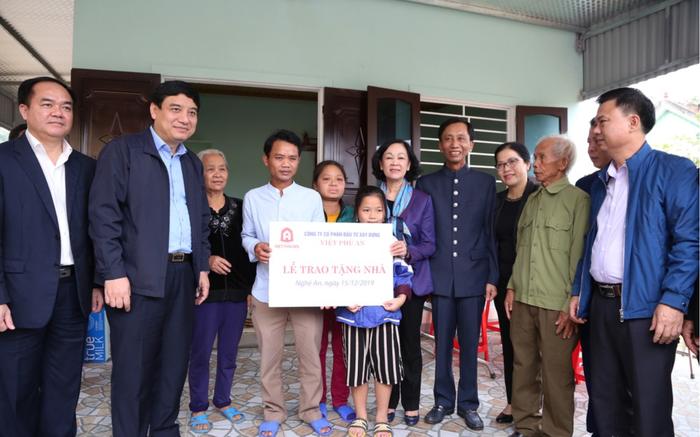 Trưởng Ban Dân vận TW Trương Thị Mai trao tặng nhà tình nghĩa cho các hộ nghèo tại Nghệ An - Ảnh 3.