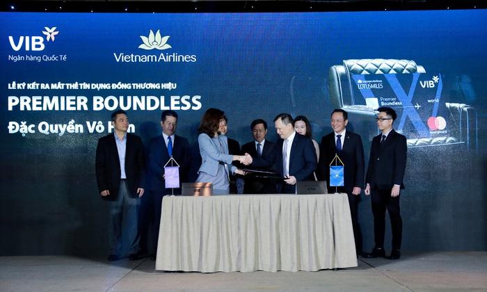 Lần đầu tiên, mua vé máy bay trả góp 0% lãi suất qua thẻ - Ảnh 1.