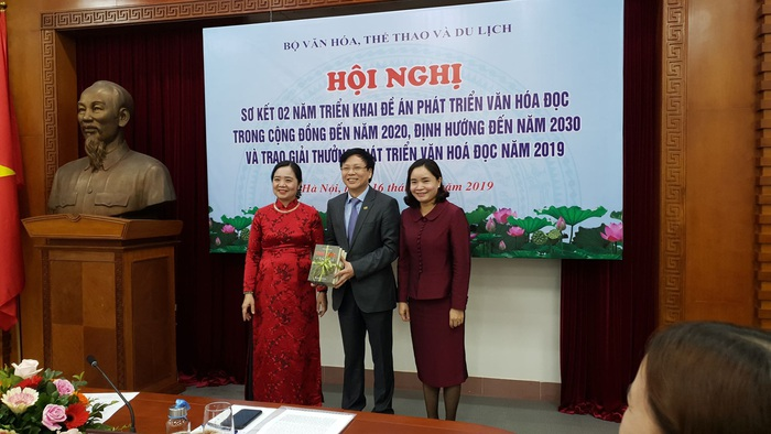 Nhà báo Hồ Quang Lợi - Phó Chủ tịch thường trực Hội Nhà báo Việt Nam trao tặng sách cho Vụ Thư viện