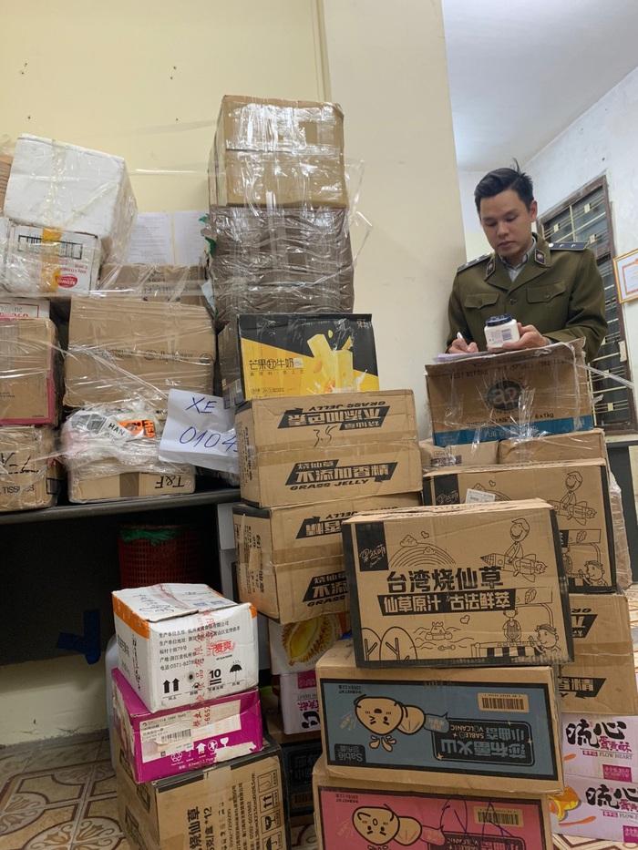 Lực lượng Quản lý thị trường Hà Nội tạm giữ hơn 1.500 sản phẩm không có hóa đơn, xuất xứ để xác minh.