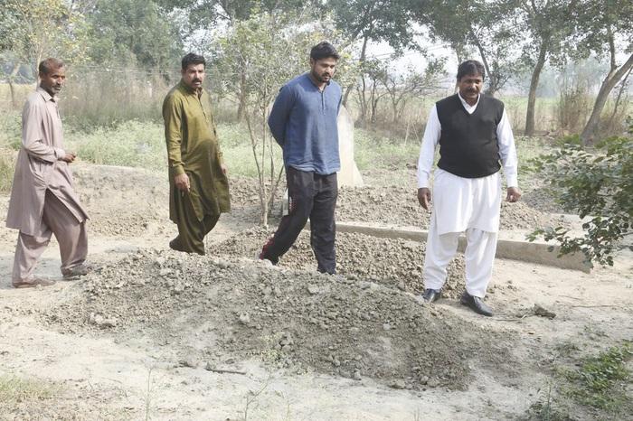 Anh họ và người thân tới thăm mộ của Samiya David