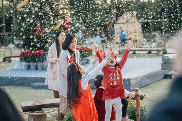 Xuân Bắc cùng 100 ông già, bà già Noel tặng quà Giáng sinh cho trẻ nhỏ - Ảnh 2.