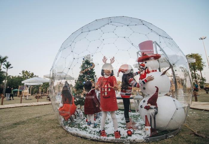 Xuân Bắc cùng 100 ông già, bà già Noel tặng quà Giáng sinh cho trẻ nhỏ - Ảnh 3.