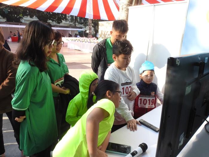 Gian hàng của thu hút nhiều trẻ em tìm hiểu kiến thức bảo vệ nguồn nước và môi trường
