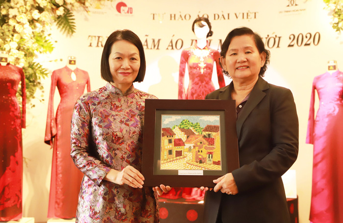 Phó Chủ tịch Hội LHPN Việt Nam Bùi Thị Hòa tặng tranh lưu niệm cho bà Hou Samith - Quốc vụ khanh Bộ Các vấn đề phụ nữ Campuchia