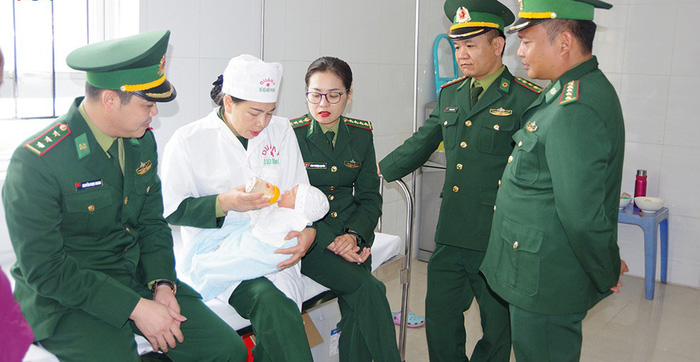 Giải cứu trẻ sơ sinh 13 ngày tuổi bị mua bán qua biên giới - Ảnh 1.