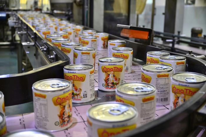 Cận cảnh dây chuyền đang sản xuất sản phẩm sữa đặc phục vụ xuất khẩu tại nhà máy sữa của Vinamilk