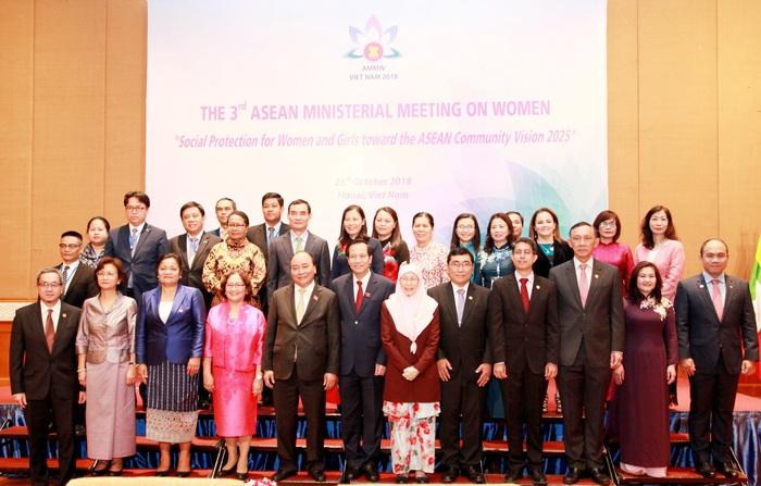 Thủ tướng Nguyễn Xuân (hàng đầu, thứ 5 từ trái sang) tham dự Hội nghị Bộ trưởng ASEAN tháng 10/2018 tại Hà Nội