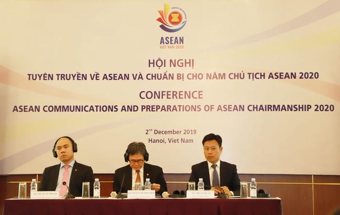Từ trái sang: Phó Tổng Thư ký ASEAN Kung Phoak, Tổng Thư ký ASEAN Lim Jock Hoi và Thứ trưởng Bộ Lao động - Thương binh và Xã hội Lê Quân