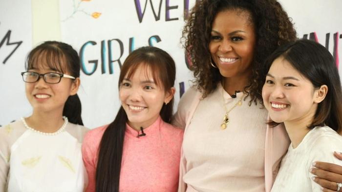 Bà Michelle Obama cùng giáo viên và nữ sinh Việt Nam