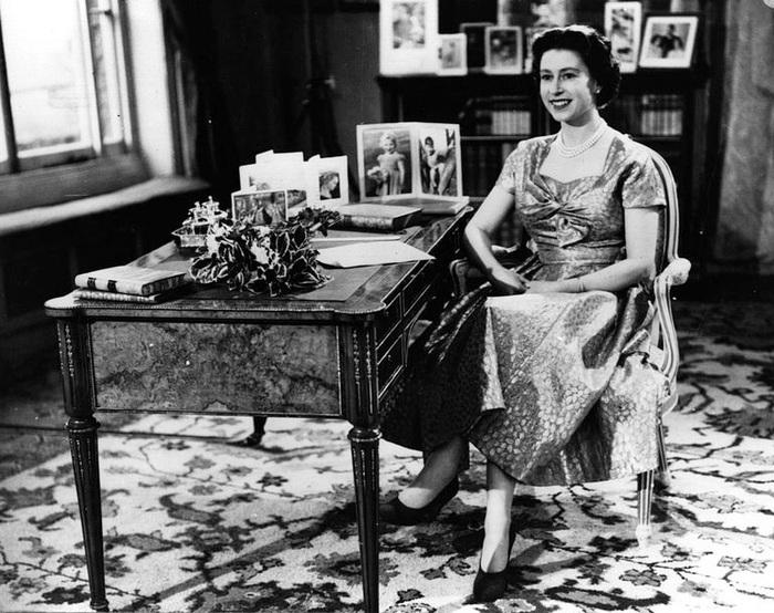 Nữ hoàng Elizabeth II xuất hiện trên sóng truyền hình đọc bài phát biểu Giáng sinh tới toàn bộ người dân là vào năm 1957