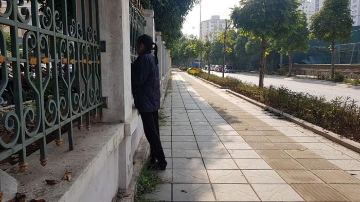 Mẹ bị cáo Trình thẫn thờ theo dõi diễn biến phiên tòa từ bên ngoài hàng rào TAND cấp cao.