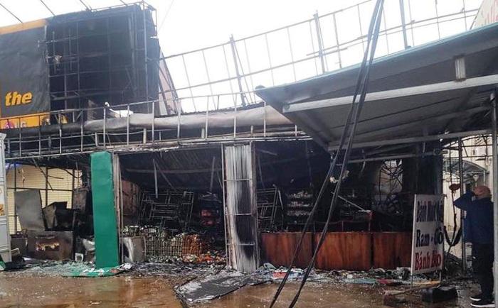 """""""Bà hỏa"""" thiêu rụi siêu thị lúc rạng sáng thiệt hại 3 tỷ đồng - Ảnh 1."""