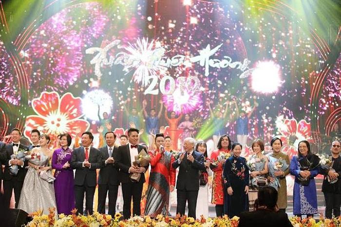 Tổng bí thư, Chủ tịch nước Nguyễn Phú Trọng tặng hoa cho các nghệ sĩ trong chương trình Xuân Quê hương 2019