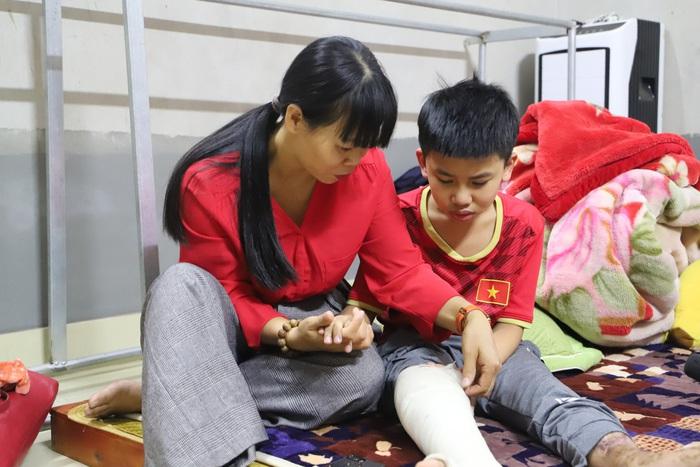 Cậu bé khép lại giấc mơ sân cỏ vì đôi chân khuyết tật sau lần tai nạn giao thông - Ảnh 1.