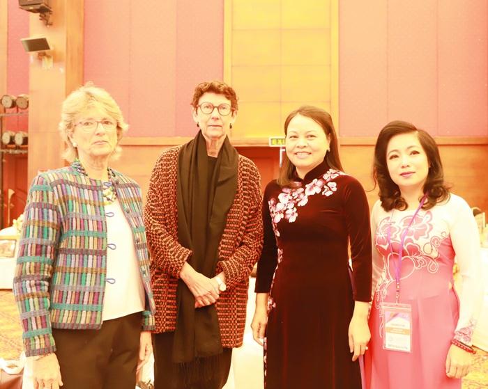 Từ trái sang: Đại sứ Tây Ban Nha María Jesús Figa Lospez-Palop, Đại sứ Na Uy Grete Lochen, Chủ tịch Hội LHPN Việt Nam Nguyễn Thị Thu Hà, Tổng Thư ký Kế hoạch Colombo Phan Kiều Thu