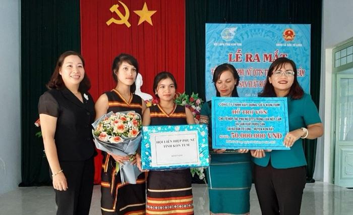 Hội LHPN tỉnh Kon Tum trao vốn hỗ trợ phụ nữ dân tộc thiểu số khởi nghiệp