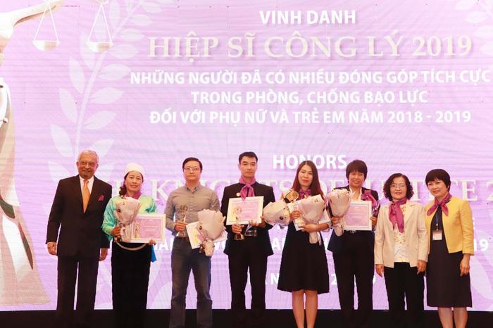Vinh danh những hiệp sĩ công lý đóng góp tích cực trong phòng, chống bạo lực với phụ nữ và trẻ em