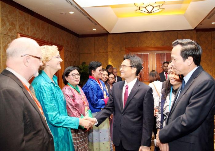 Phó Thủ tướng Vũ Đức Đam trao đổi cùng bà Karin Hulshof - Giám đốc Quỹ Nhi đồng Liên hợp quốc (UNICEF) khu vực Đông Á Thái Bình Dươngcác đại biểu tham dự Hội nghị