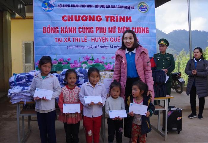 Tặng quà trị giá 110 triệu đồng cho các xã biên giới Nghệ An - Ảnh 1.