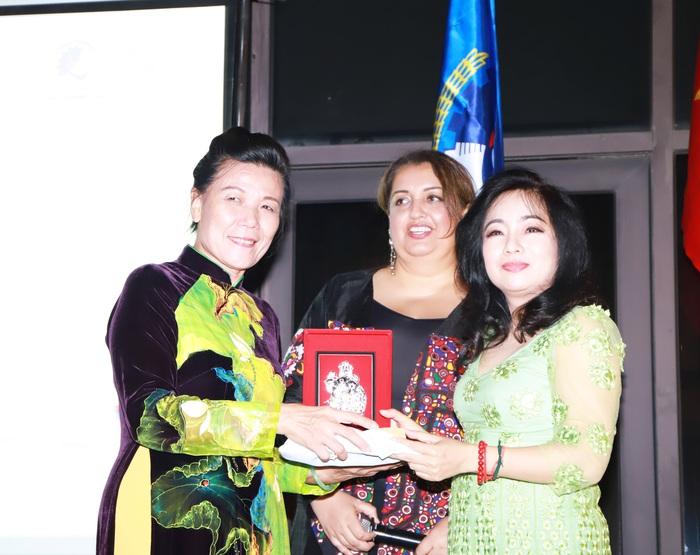 Phút quyến luyến của Phó Chủ tịch Hội LHPN Việt Nam Nguyễn Thị Tuyết và Tổng Thư ký Kế hoạch Colombo Phan Kiều Thu và Giám đốc Chương trình Giới Tooba Mayel