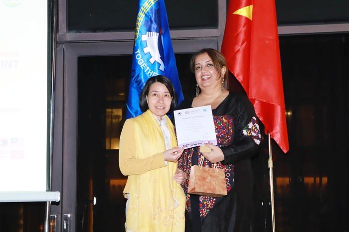 Giám đốc Chương trình Giới Tooba Mayel trao chứng nhận cho Phó ban Quốc tế Trần Anh Thu