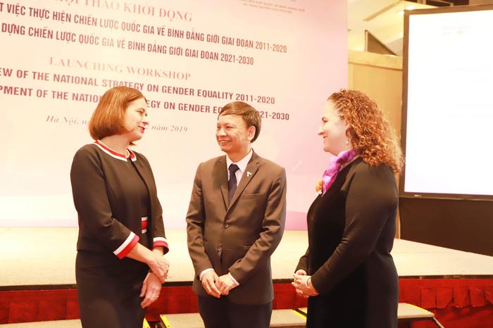 Vụ trưởng Vụ Bình đẳng giới, Bộ LĐ, TB&XH Phạm Ngọc Tiến trò chuyện cùng Trưởng Văn phòng UN Women tại Việt Nam Elisa Fernandez (phải) và Đại sứ Úc Robyn Mudie