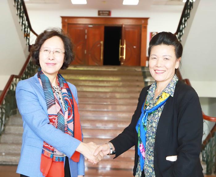 Phó Chủ tịch Hội LHPN Việt Nam Nguyễn Thị Tuyết bắt tay bà Ngô Hải Ưng, Phó Chủ tịch, Bí thư Ban Bí thư Hội Phụ nữ toàn quốc Trung Hoa