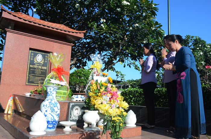 Khởi công nâng cấp phần mộ nữ tướng Nguyễn Thị Định - Ảnh 2.