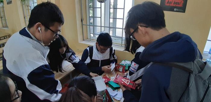 Học sinh lớp 10A1 trường THPT Quang Trung- Đống Đa viết lời chúc để gắn vào thiệp Giáng sinh tặng trẻ em nhận học bổng Mottainai 2019