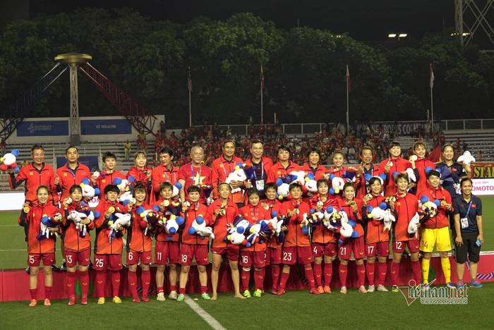 """Hội LHPN Việt Nam chúc mừng và """"thưởng nóng"""" 100 triệu đồng cho đội tuyển bóng đá nữ Việt Nam vô địch SEA Games - Ảnh 1."""