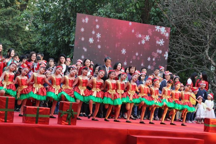 Các đại biểu và các em học sinh nhận học bổng, các em được nuôi dưỡng tại Làng trẻ SÓ và Trung tâm nuôi dưỡng trẻ mồ côi Hà Cầu chụp ảnh lưu niệm