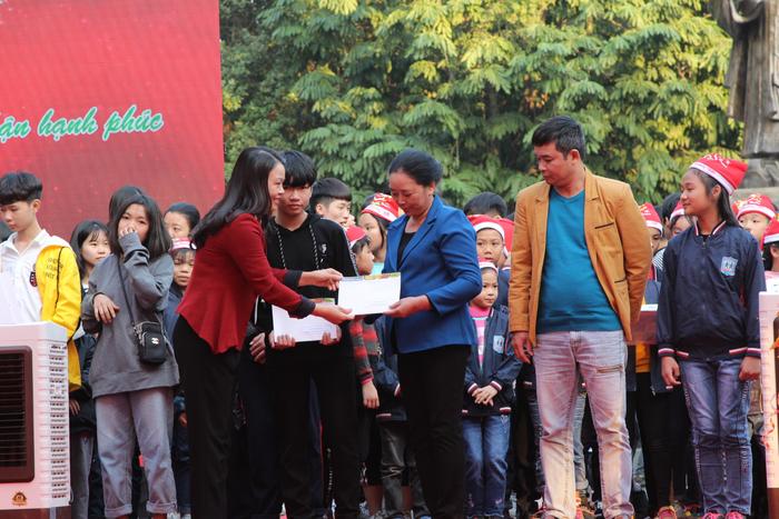 bà Nguyễn Thị Thu Hà, Ủy viên TƯ Đảng, Chủ tịch Hội Liên hiệp Phụ nữ Việt Nam đã trao quà của chương trình Mottanai cho đại diện Làng trẻ và Trung tâm nuôi dưỡng trẻ mồ côi Hà Cầu