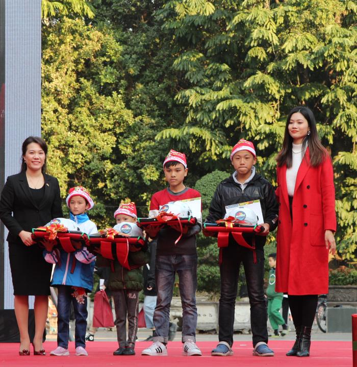 Ban tổ chức trao học bổng và quà tặng của chương trình cho trẻ em là nạn nhân tai nạn giao thông có hoàn cảnh đặc biệt khó khăn