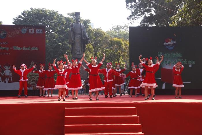 Sôi động màn hát múa Noel thiếu nhi tại Ngày hội Mottainai - Ảnh 2.