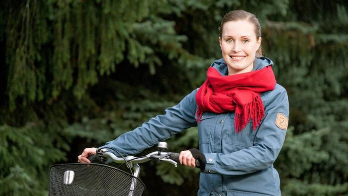 Bà Sanna Marin đi xe đạp để giữ gìn môi trường