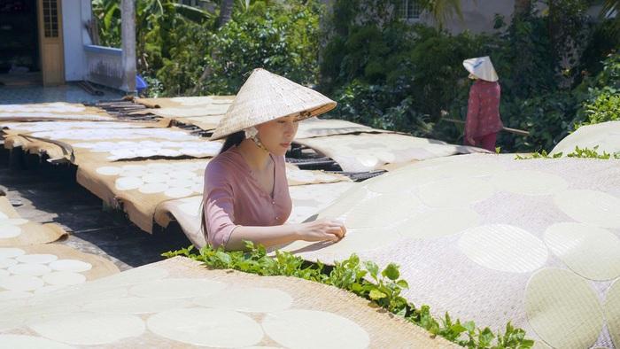 Nữ hoàng Trang sức Mỹ Duyên lội bùn bắt cá trong kênh Youtube giới thiệu tinh hoa ẩm thực miền Tây - Ảnh 2.