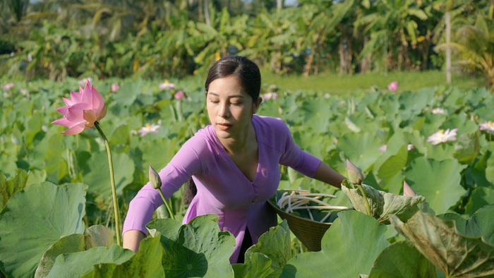 Nữ hoàng Trang sức Mỹ Duyên lội bùn bắt cá trong kênh Youtube giới thiệu tinh hoa ẩm thực miền Tây - Ảnh 3.
