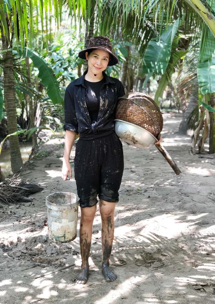 Nữ hoàng Trang sức Mỹ Duyên lội bùn bắt cá trong kênh Youtube giới thiệu tinh hoa ẩm thực miền Tây - Ảnh 4.