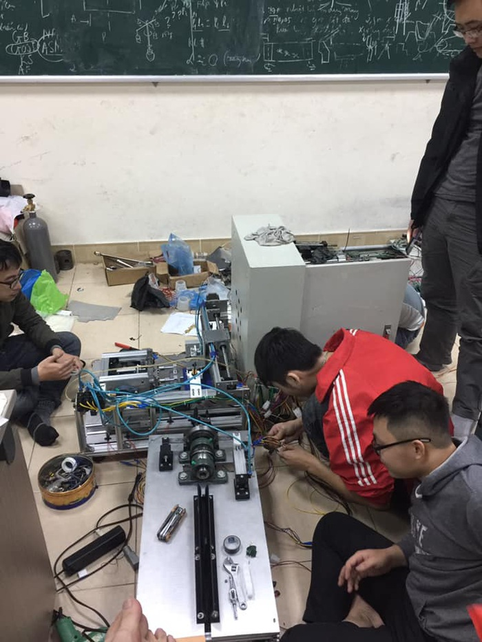 Nhóm sinh viên Bách Khoa miệt mài nghiên cứu, chế tạo máy lấy tơ sen. Ảnh: NVCC
