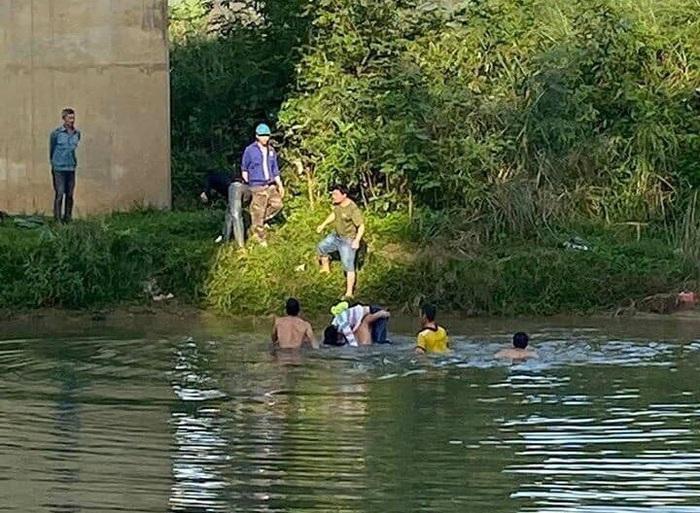 Nghệ An: Cứu sống một nữ sinh lớp 10 gieo mình tự tử trên sông Dinh - Ảnh 1.