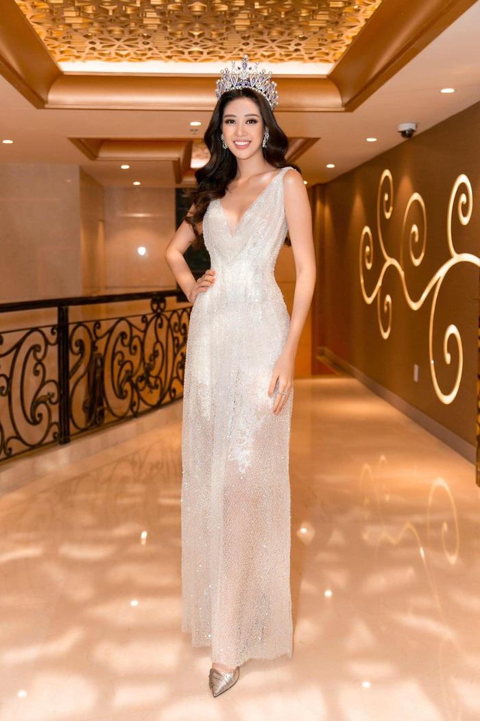 Hoa hậu Hoàn Vũ Khánh Vân khoe dáng khi diện đầm đính 2 kg cườm - Ảnh 1.